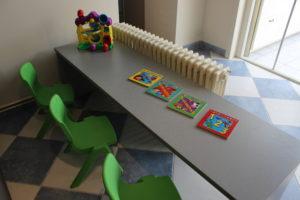 Speeltafel met kinderstoelen