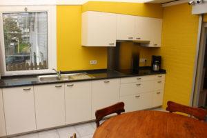 Volledig ingerichte keuken met vaatwasmachine, inductie kookplaat, combi oven microgolf, koelkast, .