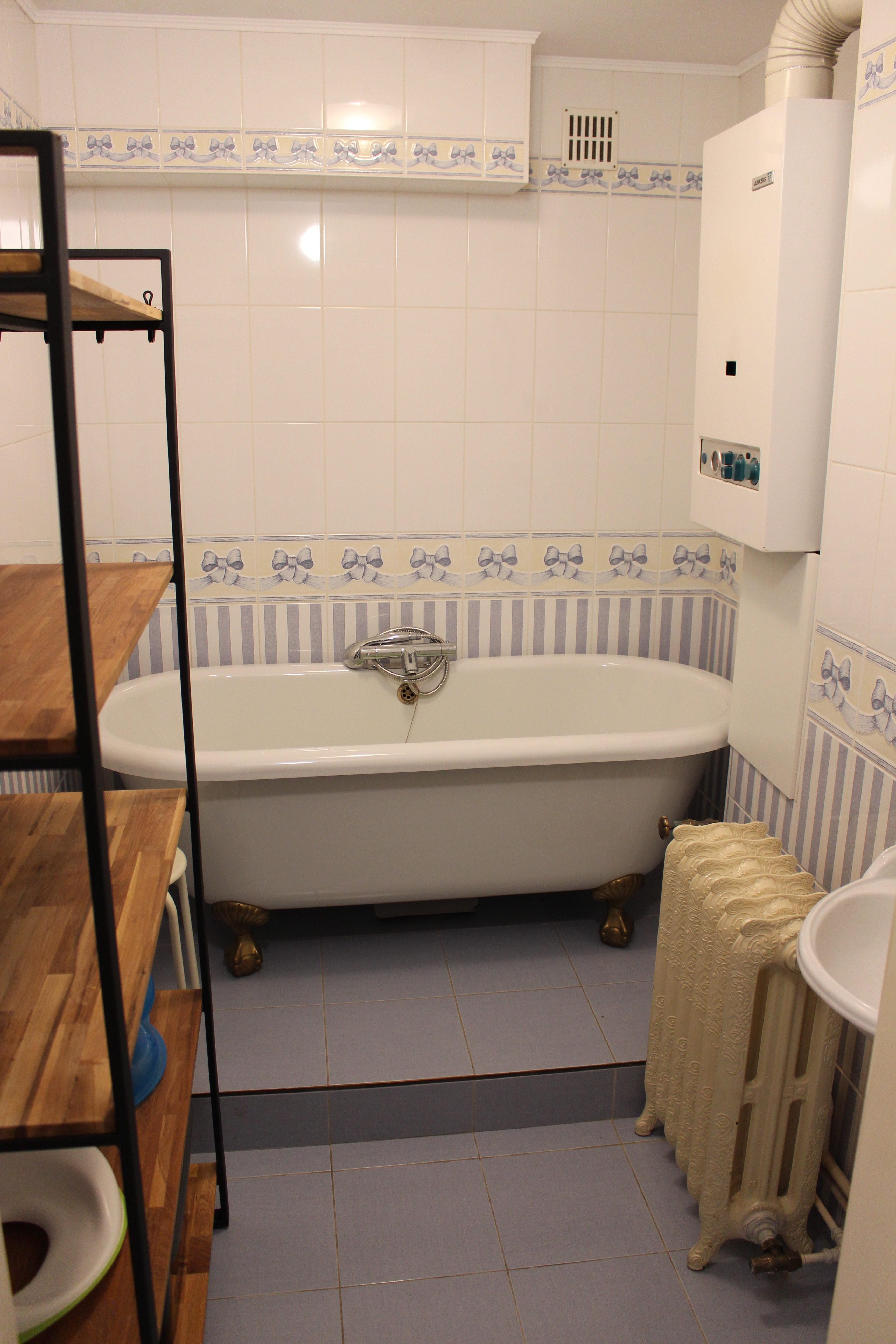 Badkamer met ligbad en lavabo