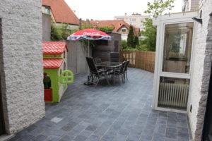 Afgesloten buitenterras met tuinmeubilair