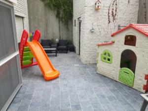 Speelhoek buiten met speelhuisje